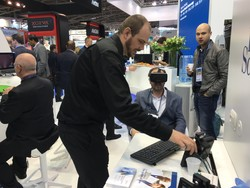 El Dr. Javier Estébanez probando la realidad virtual. Munich 16